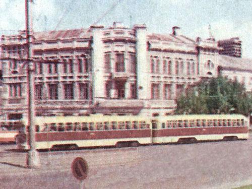 Неопознанный поезд на площади Куйбышева.  Снимок с сайта казанского городского транспорта.